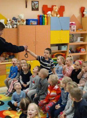 Zabezpieczony: Policjant w przedszkolu
